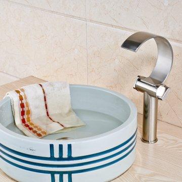 Geborsteld nikkel waterval uitloop wastafel mengkraan