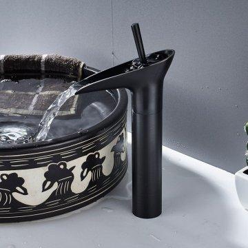 Moderne zwart waterval wastafel kraan enkele handgreep